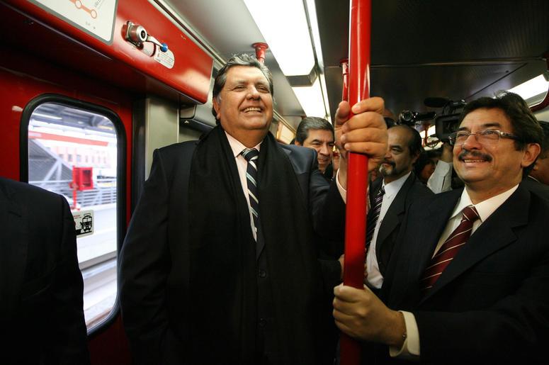 En esta foto de archivo del 11 de julio de 2011 el entonces presidente saliente de Perú, Alan García, a la izquierda, viaja en el sistema de tren eléctrico en Lima, Perú.