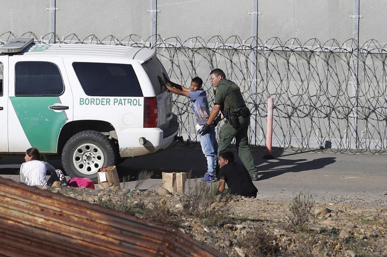 En esta fotograf a del 15 de diciembre de 2018, unos solicitantes de asilo hondure os son detenidos por los agentes de la Patrulla Fronteriza de Estados Unidos, tras cruzar el muro fronterizo de Tijuana, M xico, a San Diego, California.