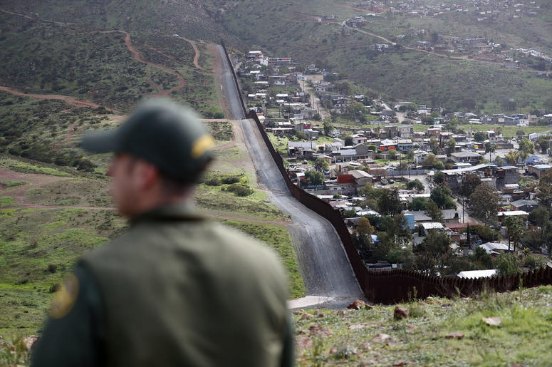 En esta imagen del 5 de febrero de 2019, el agente de la Patrulla Fronteriza Vincent Pirro cerca de la frontera que divide las ciudades de Tijuana, México, y San Diego, En San Diego.