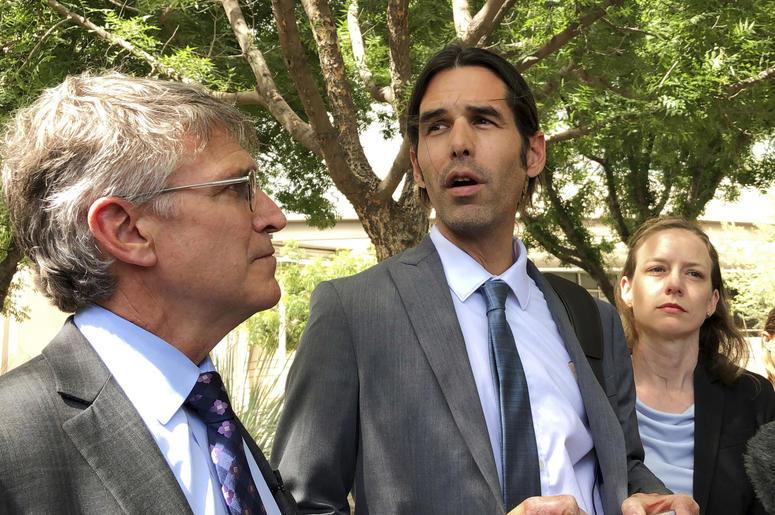 En esta imagen del 11 de junio de 2019 se ve a Scott Warren, al centro, fuera de una corte federal en Tucson, Arizona, después de que se declarara un juicio nulo en el caso en su contra.
