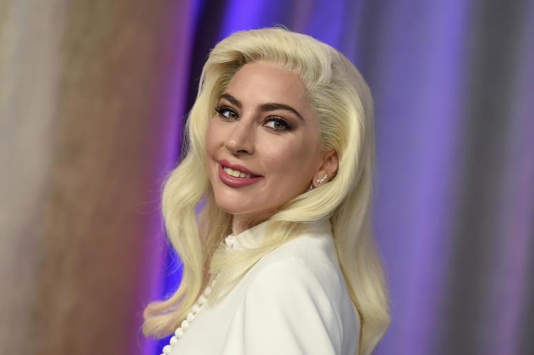 En esta foto del 4 de febrero del 2019, Lady Gaga posa en el almuerzo anual para los nominados al Oscar en Beverly Hills, California. Gaga anunció que su nueva línea de maquillaje, Haus Laboratories, estará disponible en Amazon a partir de septiembre