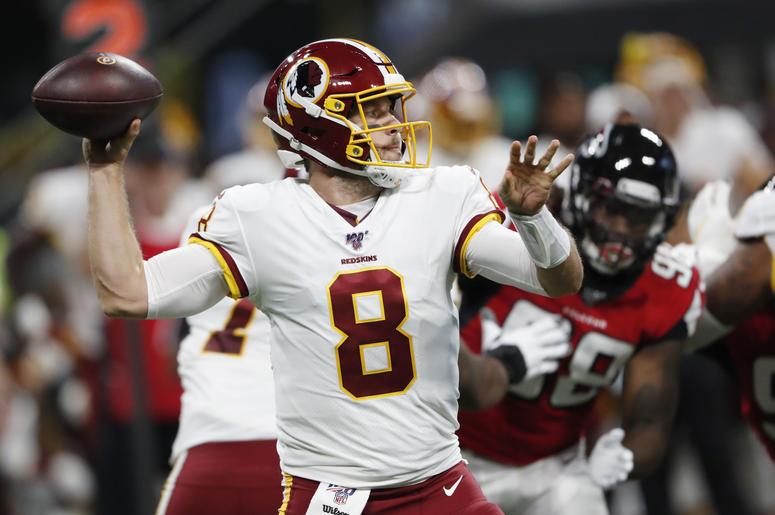 El quarterback de los Redskins de Washington, Case Keenum (8), se prepara para lanzar un pase contra los Falcons de Atlanta durante la primera mitad de un juego de pretemporada de la NFL, el jueves 22 de agosto de 2019, en Atlanta.