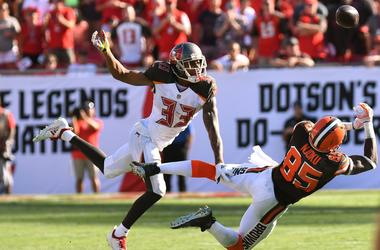 Tampa Bay Buccaneers defensive back Carlton Davis III (33) defends against Cleveland Browns tight end David Njoku (85) in the second half at Raymond James Stadium.