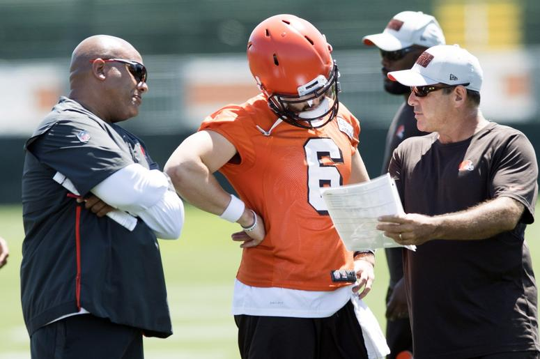 Cleveland Browns quarterbacks coach Ken Zampese, right, talks with quarterback Baker Mayfield (6) and head coach Hue Jackson during training camp at the Cleveland Browns Training Complex