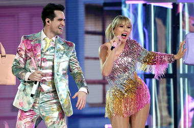 Taylor Swift (L) and Brendon Urie of Panic! at the Disco perform during the 2019 Billboard Music Awards at MGM Grand Garden Arena on May 1, 2019 in Las Vegas, Nevada
