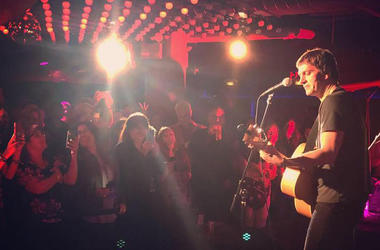 Rob Thomas Performs at Chelsea Music Hall for NEW 102.7 'Up Close & Personal'