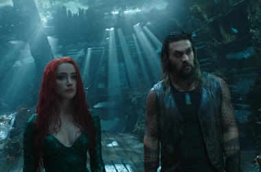 """(L-r) AMBER HEARD as Mera and JASON MOMOA as Aquaman in Warner Bros. Pictures' action adventure """"AQUAMAN,"""" a Warner Bros. Pictures release."""