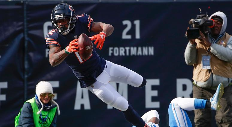 Bears receiver Allen Robinson dives for the end zone.
