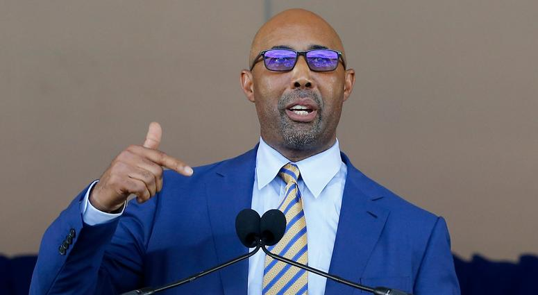 Harold Baines gives his speech at his Hall of Fame induction ceremony.