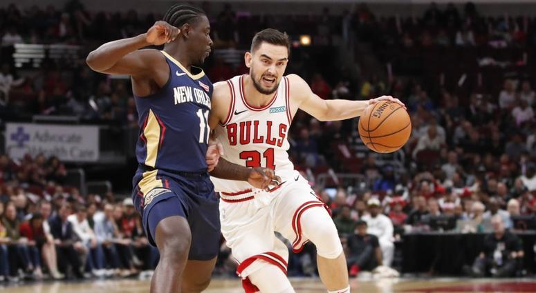 Bulls guard Tomas Satoransky (31) drives against Pelicans guard Jrue Holiday.