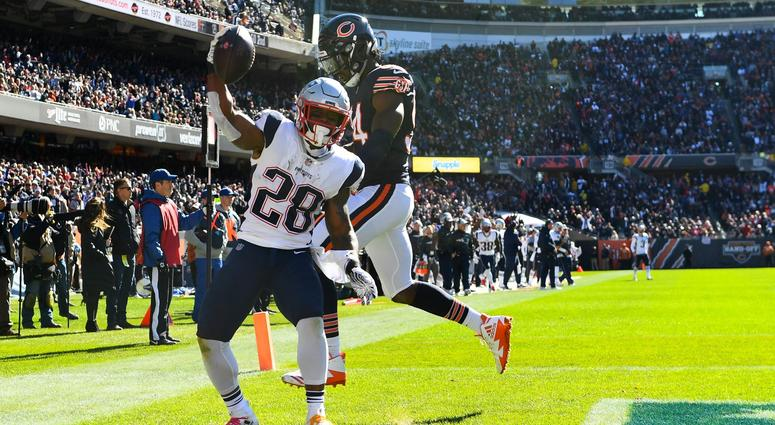 Patriots running back James White (28) makes a touchdown catch against Bears outside linebacker Leonard Floyd.
