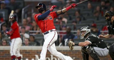 Braves second baseman Adeiny Hechavarria (24) hits a two-run single against the White Sox.