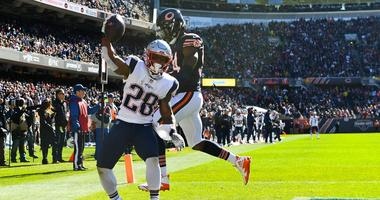 Patriots running back James White (28) makes a touchdown catch against Bears outside linebacker Leonard Floyd.