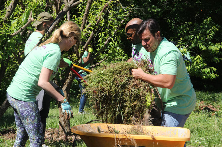 V-103 and Entercom Atlanta employees volunteer atUrban Farms in College Park, GA, on Earth Day 2019