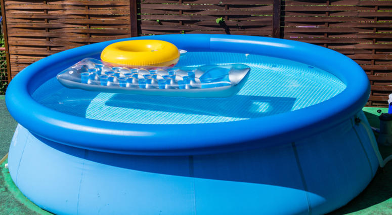 Woman puts kids inside inflatable pool on roof of car, gets arrested