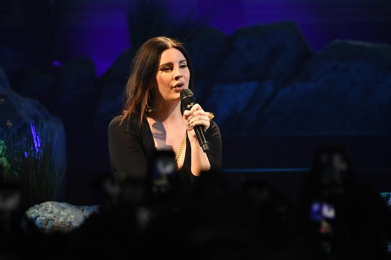 Feb 1, 2018; Sunrise, FL, USA; Recording artist Lana Del Rey performs at the BB&T Center. Mandatory Credit: Ron Elkman-USA TODAY NETWORK