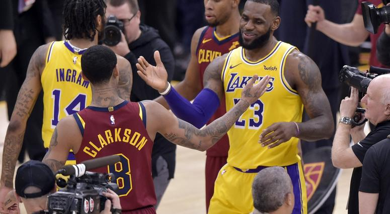 best service a0254 d7bb4 Cleveland Thanks LeBron, Who Carries Lakers Past Cavs