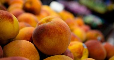 Peaches on display at a grocery store
